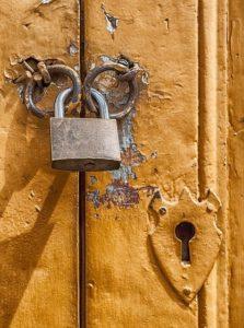 Pas d'ouverture forcée d'une porte par un huissier de justice sans titre exécutoire